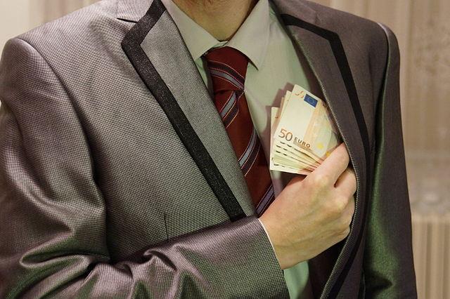 Korrupt mann med pengesedler